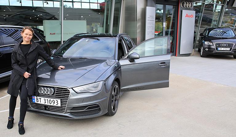 Yvonne foran bilen - Audi A3 e-tron