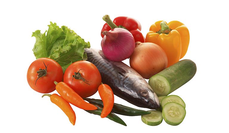 Fisk og grønnsaker på hvit bakgrunn