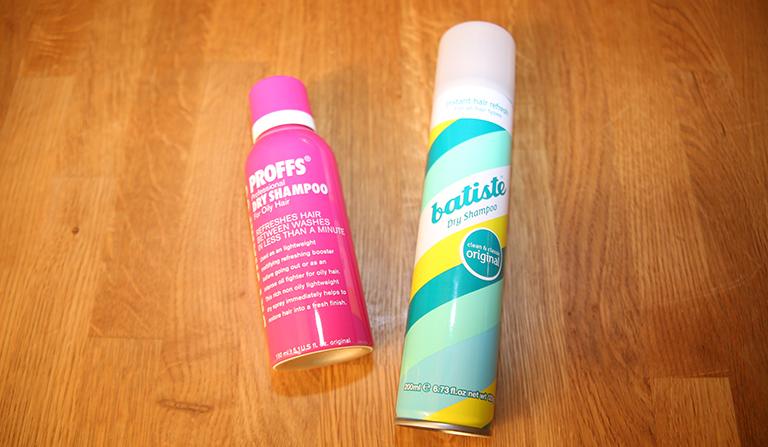 To ulike bokser med tørr-shampoo