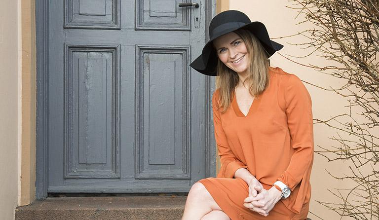 Yvonne i oransje kjole