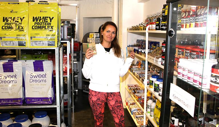Yvonne i butikken på Roars gym.