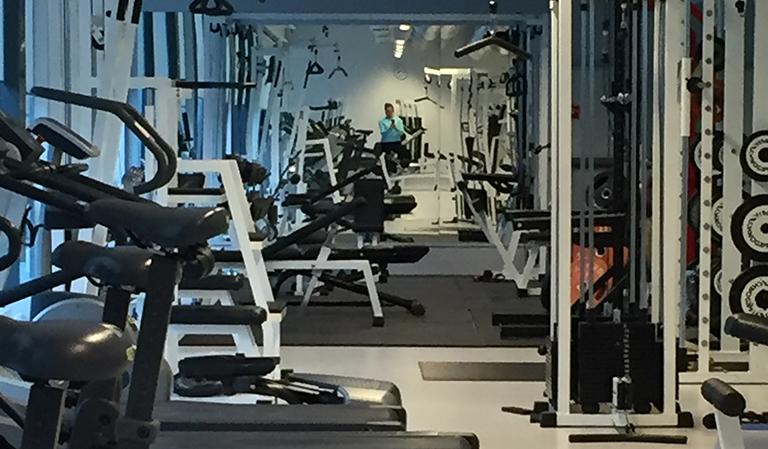 Treningsapparater i gymmet.
