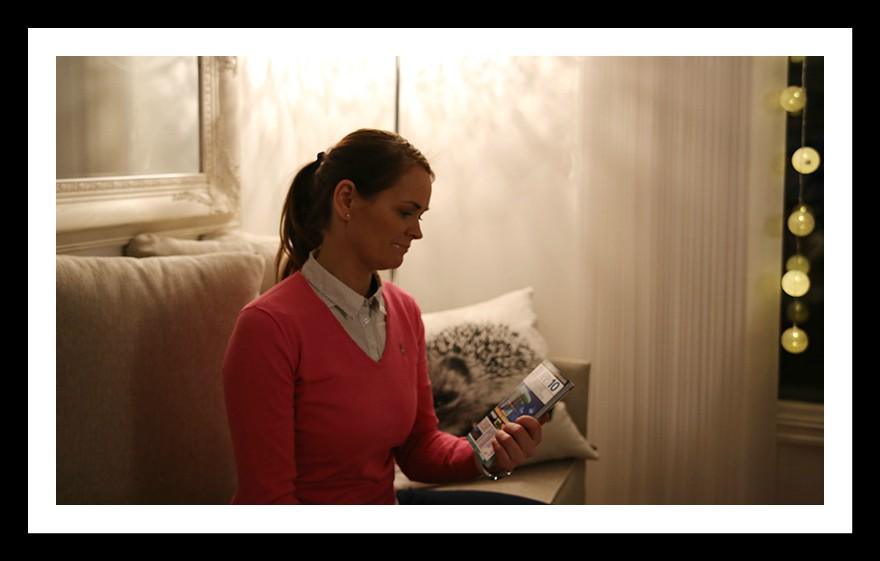 Yvonne med reisebok