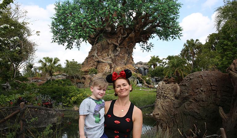 Leander og Yvonne med Tree of Life i bakgrunnen.