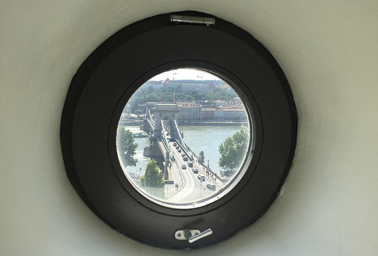Rundt vindu med utsikt til Chain Bridge.