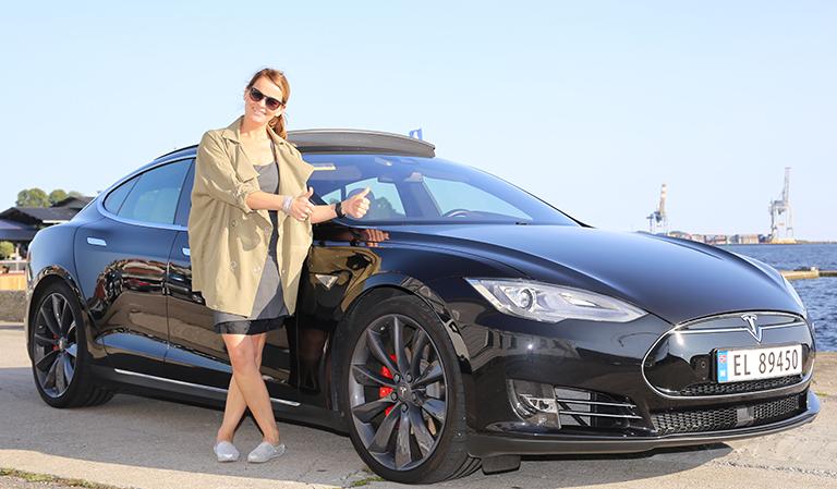 Toms sorte Tesla og undertegnede