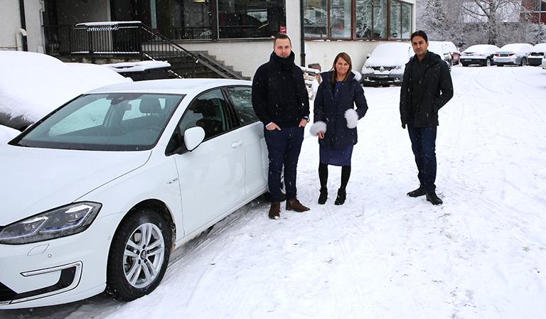 Her sammen med Salko Kadic (f.v.) og Rizwan Shaukat fra Kolbotn bil.