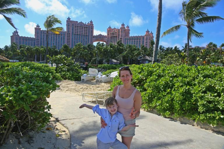 Leander og Yvonne med Royal Towers i bakgrunnen