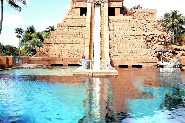 Mayan Temple - basseng med haier.
