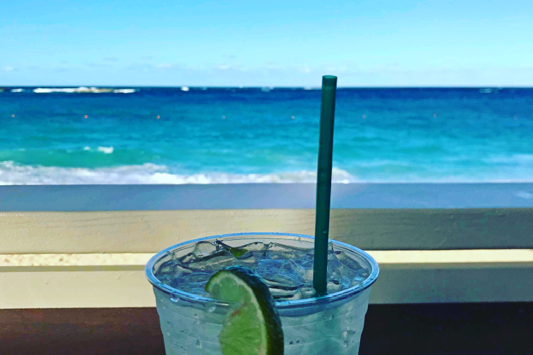 Drink og utsikt til en vakker strand
