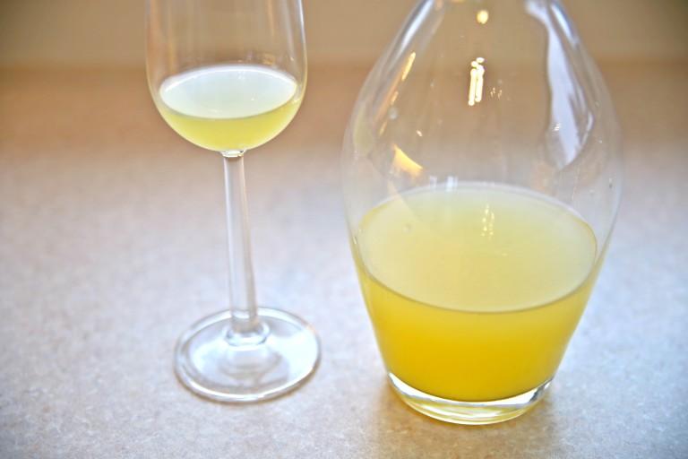 Gul ingefær shot i karaffel og glass