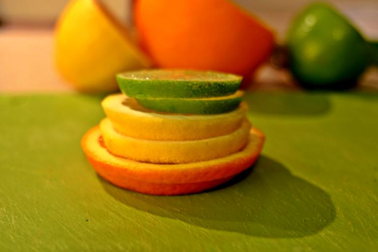 Lime, sitron og appelsin i skiver