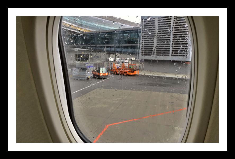 Utsikt fra flyet og ut til bagasjen
