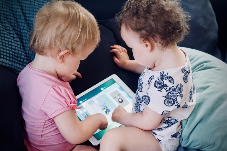 To barn som leker med iPad.